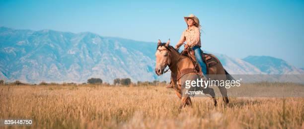 Mujer joven montado en su caballo