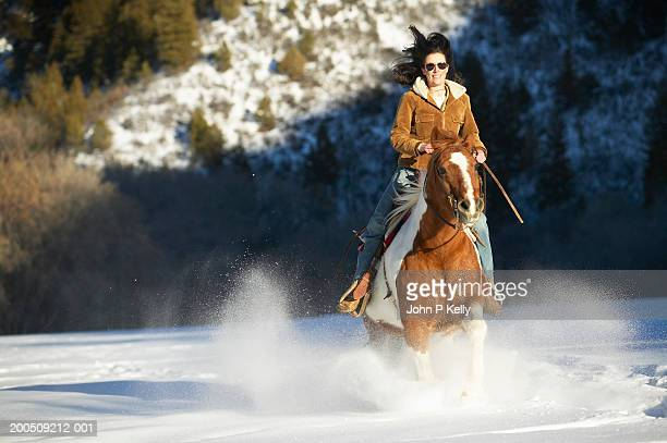young woman riding horse in snow, smiling - コロラド州 ニューキャッスル ストックフォトと画像