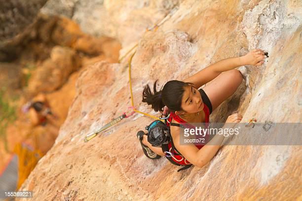 若い女性 rockclimbing