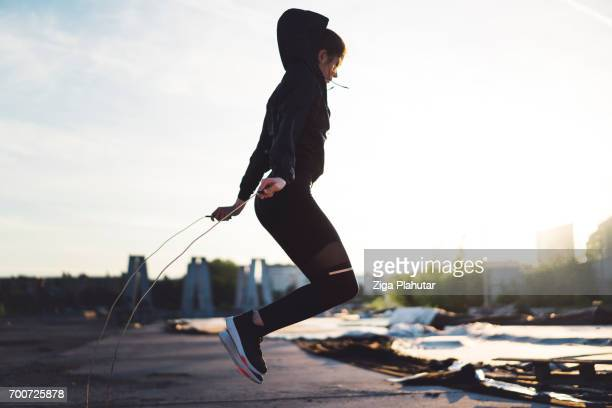 若い女性を屋外ロープジャンピング
