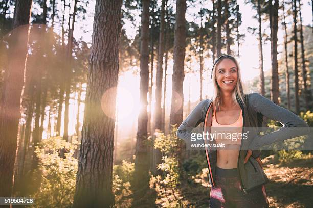 Junge Frau Läufer mit einem Kapuzen-Top