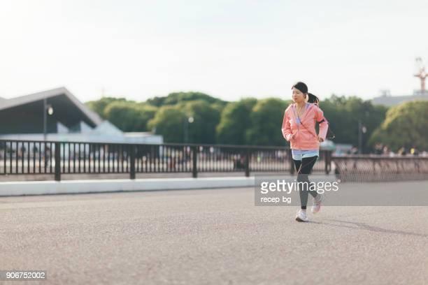 市内を走る若い女性