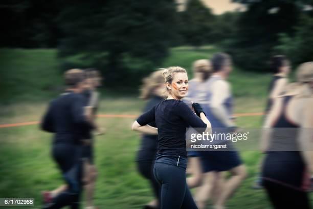 Jonge vrouw uitgevoerd in de race