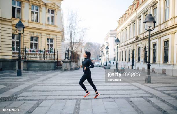 giovane donna che corre per le strade della città - belgrado serbia foto e immagini stock