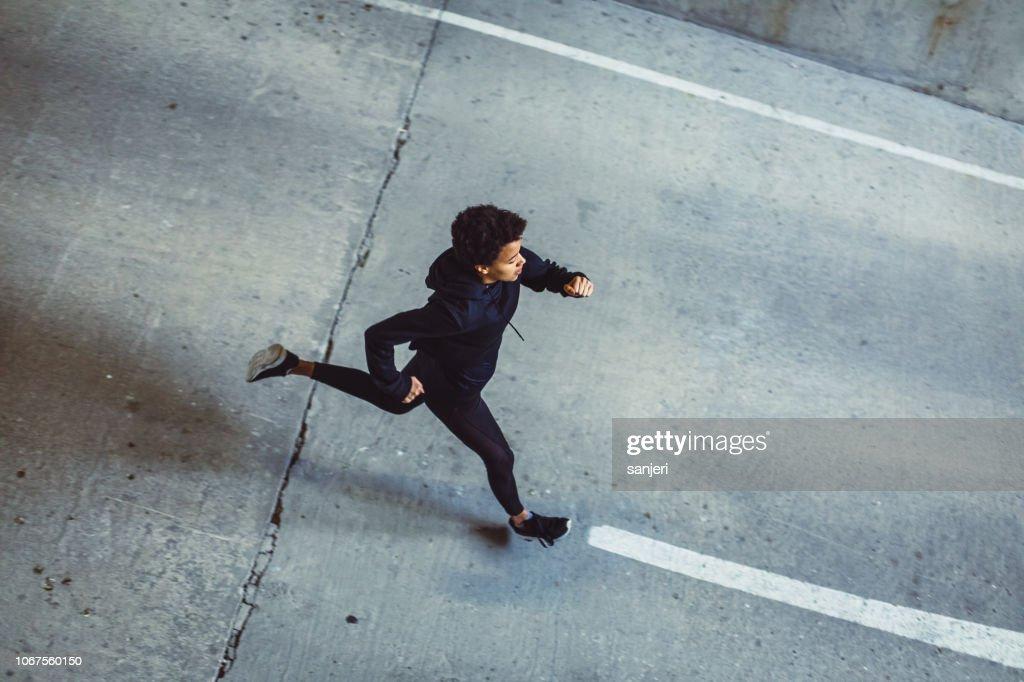Mujer joven en las calles : Foto de stock