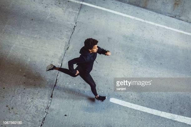 mujer joven en las calles - black pants fotografías e imágenes de stock