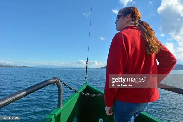 young woman sails on a yacht over lake taupo new zealand - rafael ben ari stock-fotos und bilder
