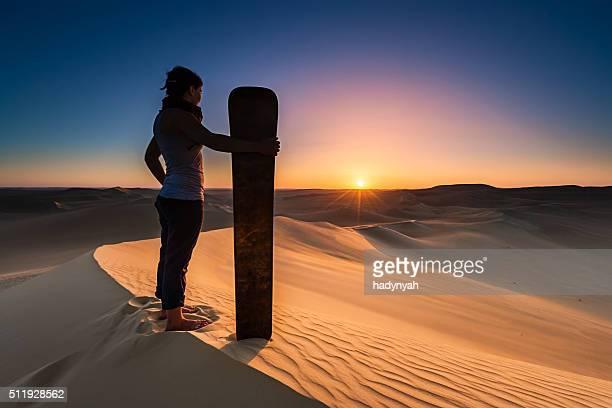 若い女性サンドボーディングで、サハラ砂漠、アフリカ
