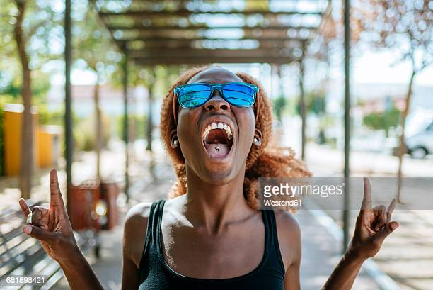 young woman screaming outdoors - opstand stockfoto's en -beelden