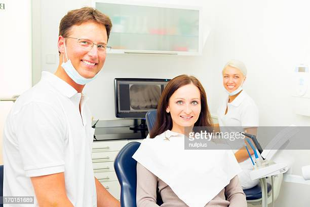 Jeune femme profiter de son Dentiste