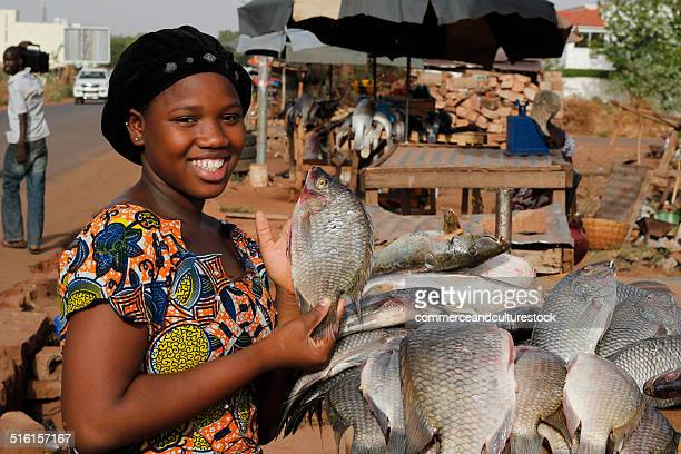 young woman selling vegetable - femme mali photos et images de collection