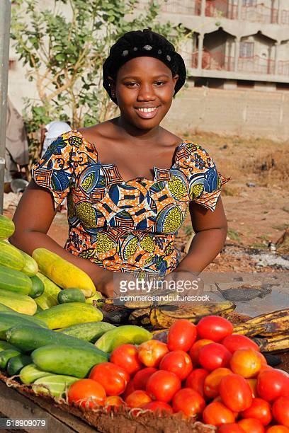 a young woman selling vegetable - femme mali photos et images de collection