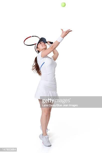 young woman serving a tennis ball - trefferversuch stock-fotos und bilder