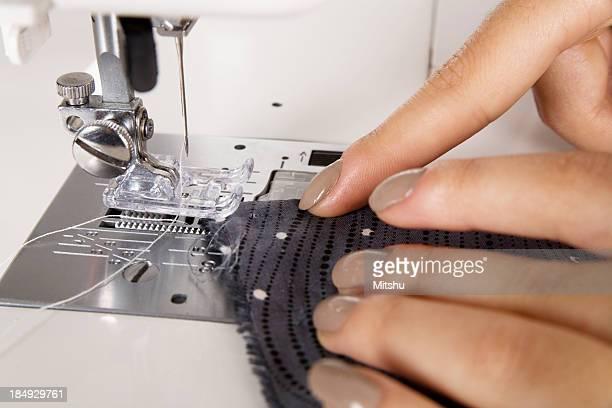 Giovane donna cucire