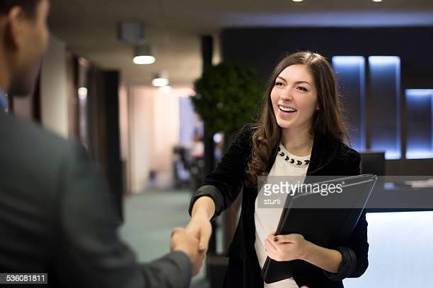 Mujer joven shakes manos con su potencial nueva refuerzo