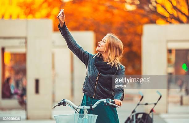 Junge Frau ein selfie fotografieren, Stadt, happy