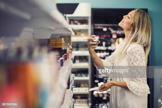 Joven mujer de compras en cosmética y maquillaje