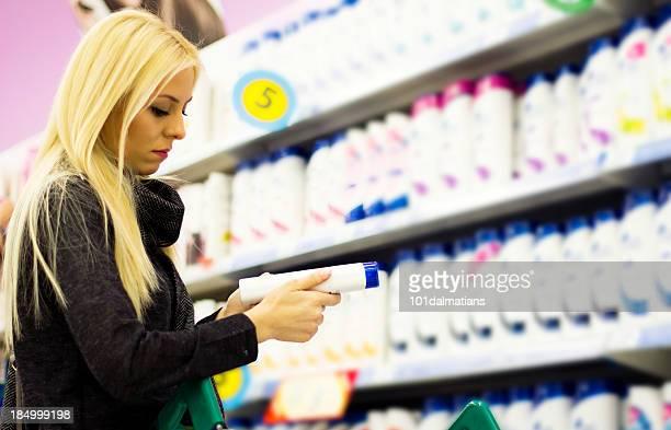 Jeune femme dans un supermarché