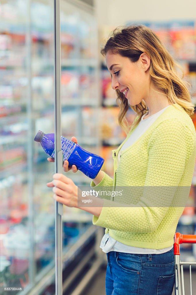 Giovane donna fare Lo shopping di prodotti lattiero-caseari. : Foto stock