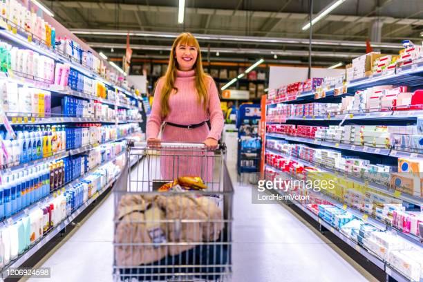 joven comprando comestibles - henri coste fotografías e imágenes de stock