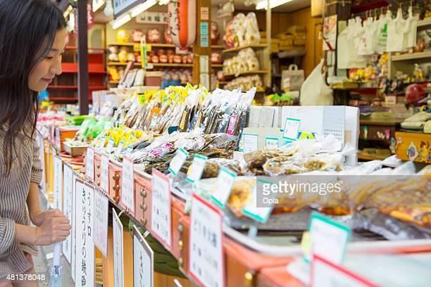 若い女性のショッピングを保存