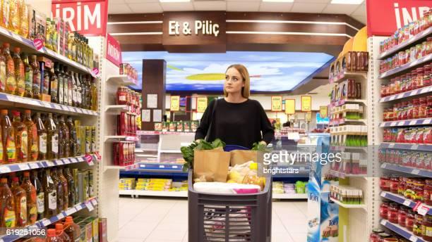 Junge Frau Einkaufen im Supermarkt