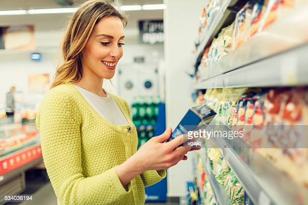 Giovane donna Lo shopping nel suo supermercato locale.