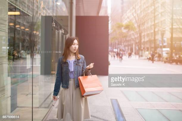 若い女性の都市のショッピング