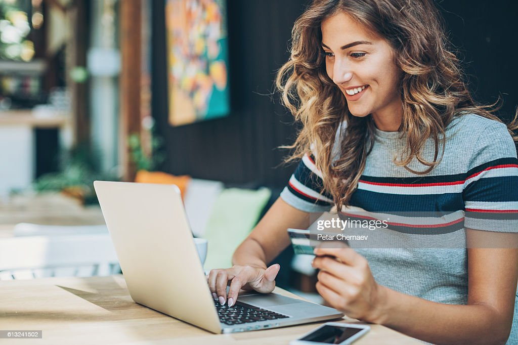 Young woman shopping on-line : Foto stock