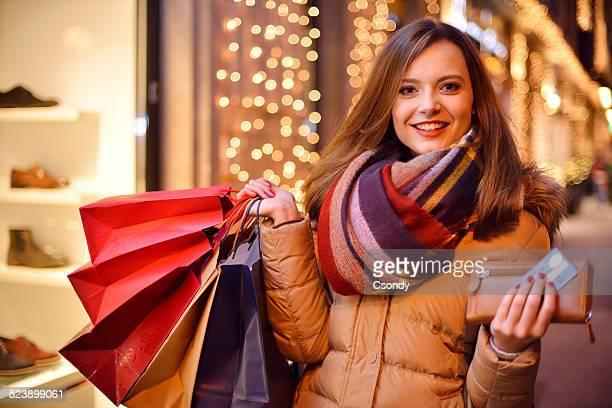 Junge Frau shopping