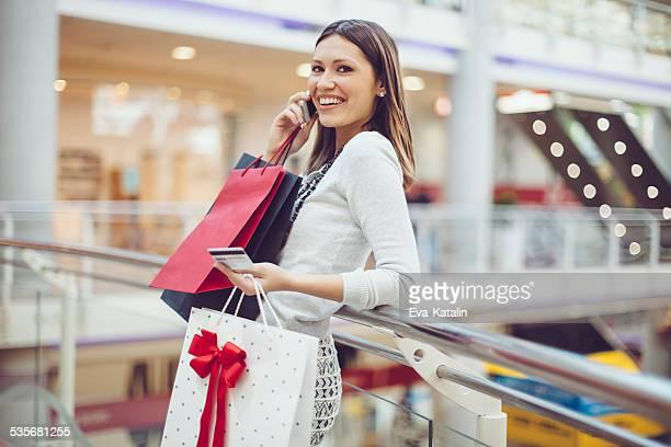 若い女性のショッピング
