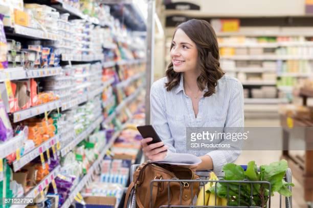 lojas de jovem leiteiro seção de mercearia - comércio consumismo - fotografias e filmes do acervo