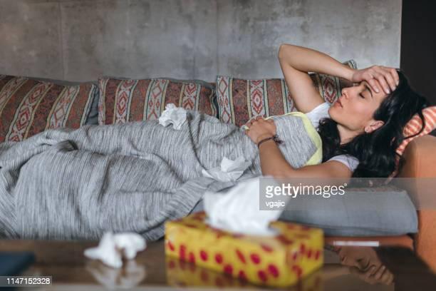mujer joven enferma en el hogar - virus influenza tipo a fotografías e imágenes de stock
