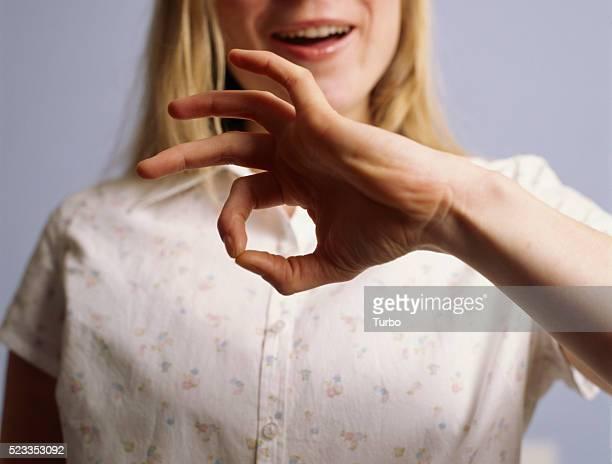 """young woman signing """"good"""" - gebaren stockfoto's en -beelden"""