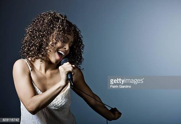 young woman singing - cantora - fotografias e filmes do acervo