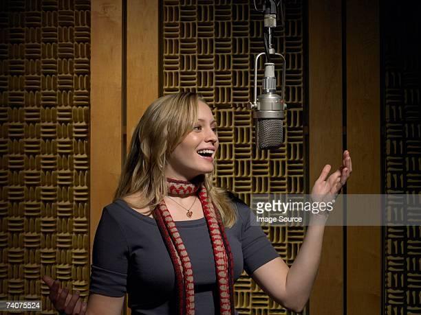 jovem mulher cantando - equipamento de edição de som - fotografias e filmes do acervo