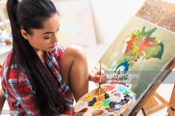 Junge Frau sitzt und Zeichnung Nature morte