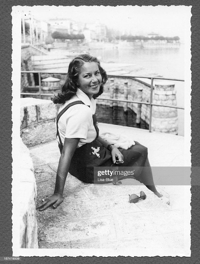 Junge Frau sitzt am Meer, 1940.Black und weiß. : Stock-Foto