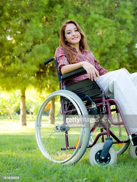 Junge Frau sitzt im Rollstuhl