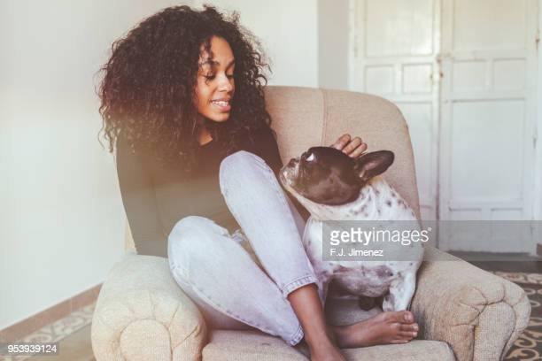 young woman sitting next to her dog - afro americano - fotografias e filmes do acervo