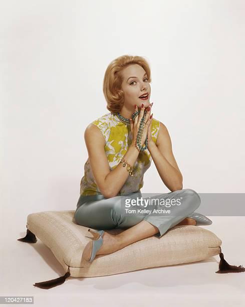 座る若い女性のポートレート、クッション、笑顔、