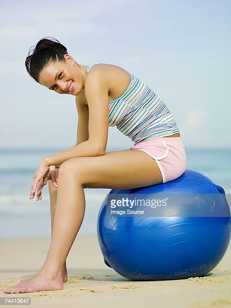 座る若い女性のフィットネスボールをご用意 - ランニングショートパンツ ストックフォトと画像