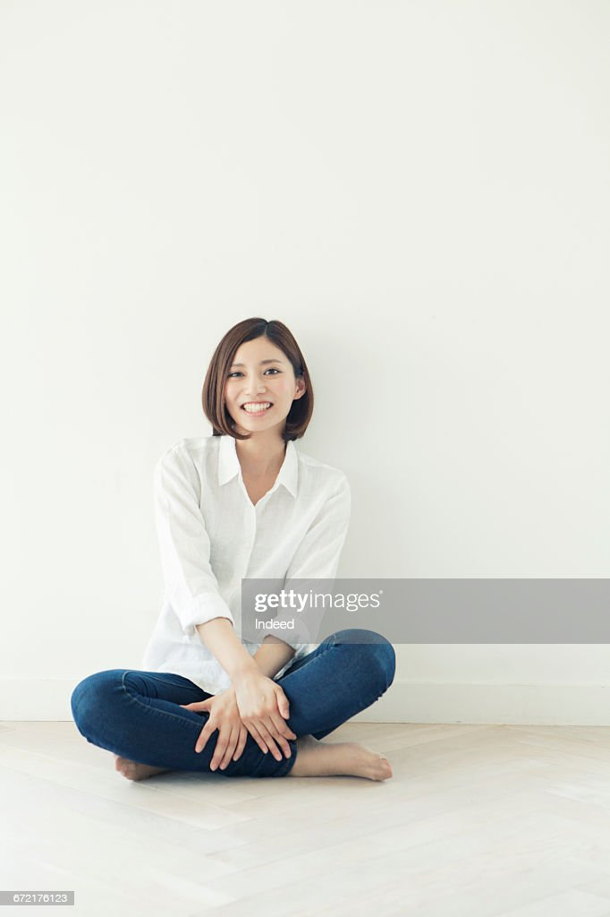 Young woman sitting on floor : Foto de stock