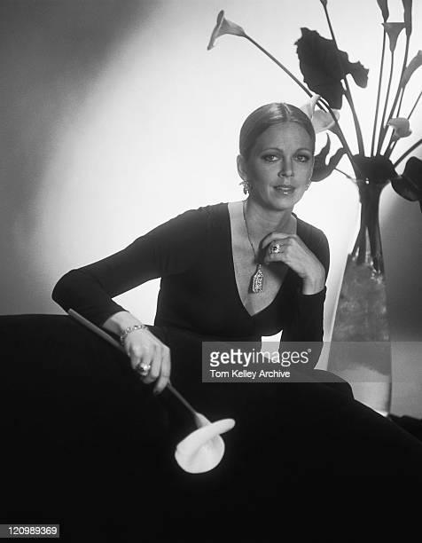 座る若い女性のソファーと保持花、ポートレート - 1980年 ストックフォトと画像
