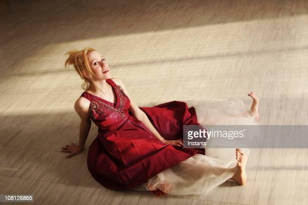 Jeune femme assise sur un étage de la suite studio