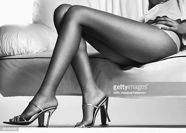 young woman sitting, (b&w) - menselijk been stockfoto's en -beelden