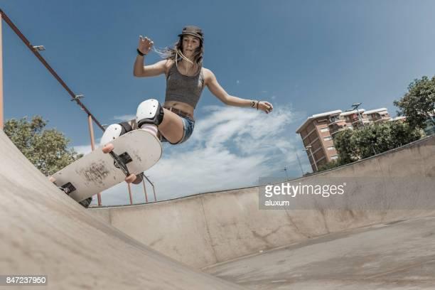 バルセロナでスケート ボードの若い女性 - skateboard ストックフォトと画像