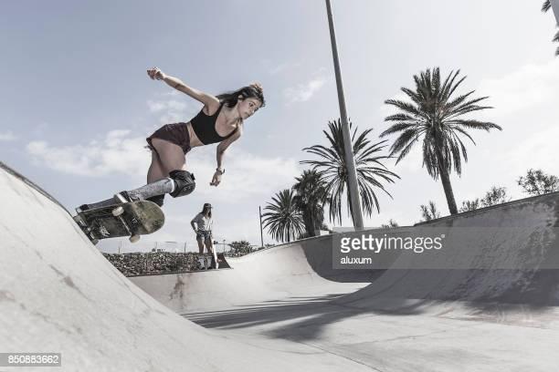 Mujer joven Skate en el skatepark