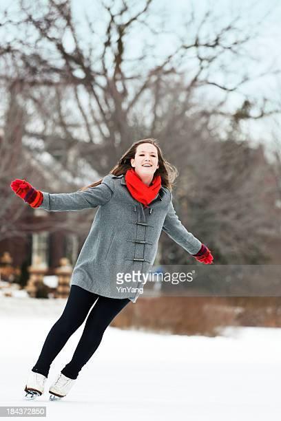 Junge Frau Skater Sie den Winter im Freien Eislaufen, Vt