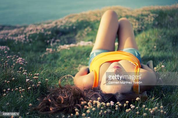 young woman sleeping on grass - carmen bella foto e immagini stock